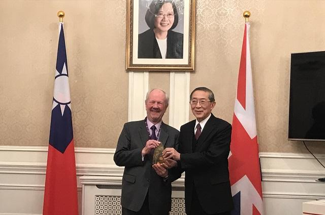 TRO presents UK Prime Minister's Trade Envoy to Taiwan with Award for Special Contribution to Taiwan Tourism